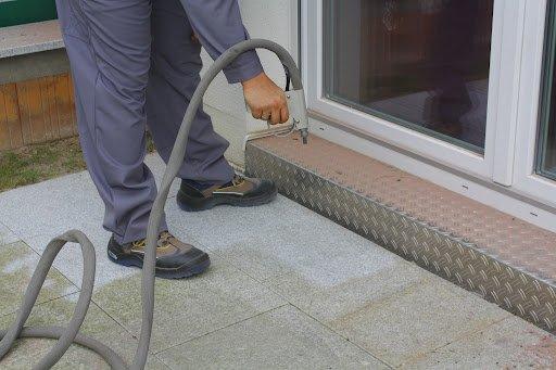 Steinreinigung: Reinigung von Bodenplatten Terrasse Granit