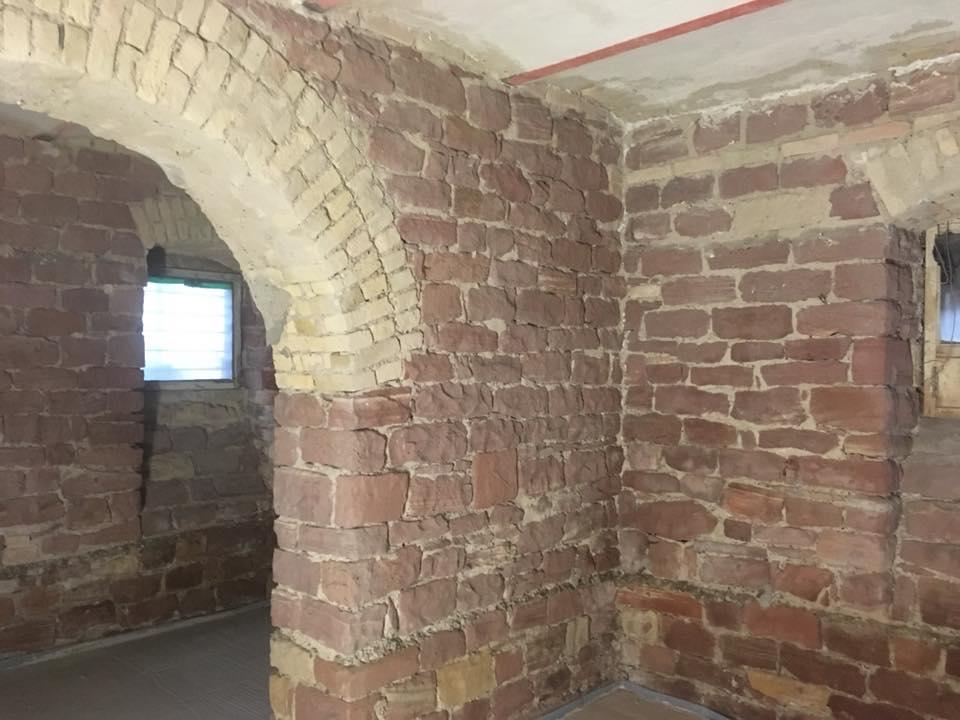 Gereinigte Sandsteinmauer im Gewölbekeller