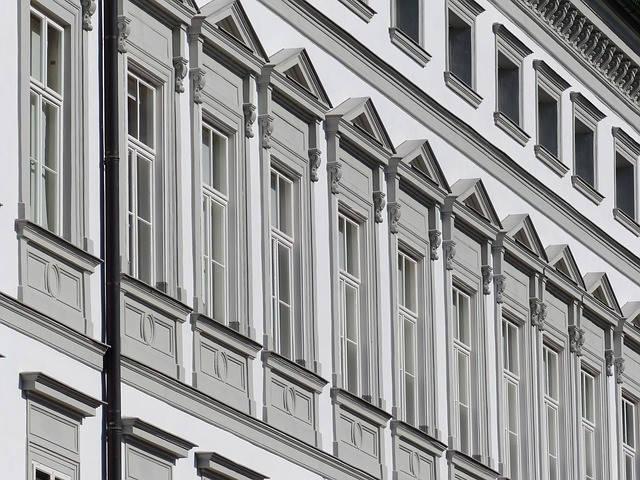 Fassadenreinigung an Steingebäude